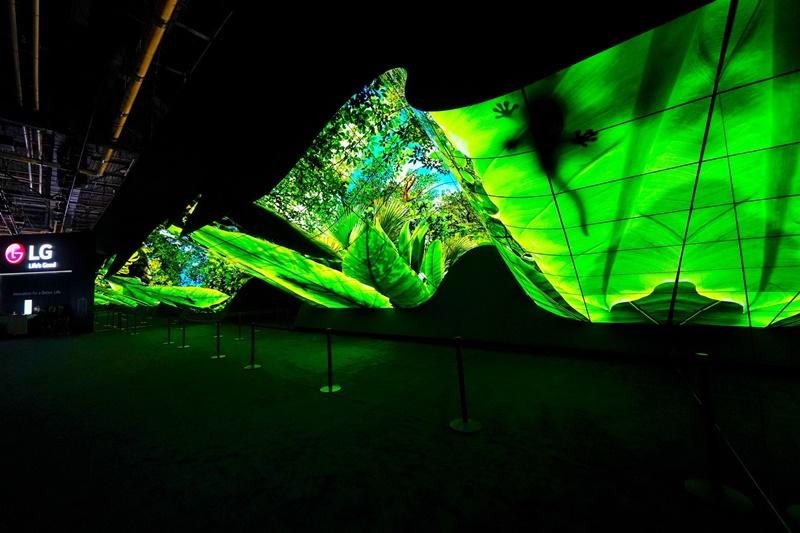 Látványos OLED installációkban gyönyörködhettek a CES látogatói