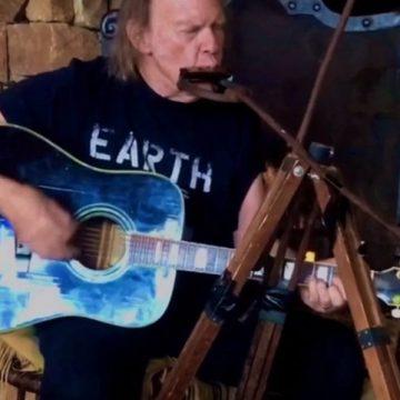 Neil Young is besorolt a házi koncerteket adók közé
