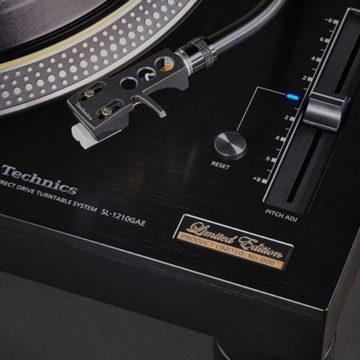 Koromfekete lemezjátszóval ünnepel a TECHNICS