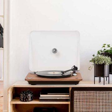 Fa burkolattal is vihetők a Chroma 400 lemezjátszók